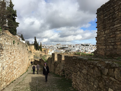 Walking the La Cijara walls