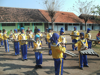 KEGIATAN EKSKUL DRUM BAND (MUSICAL INTELLIGENCE)