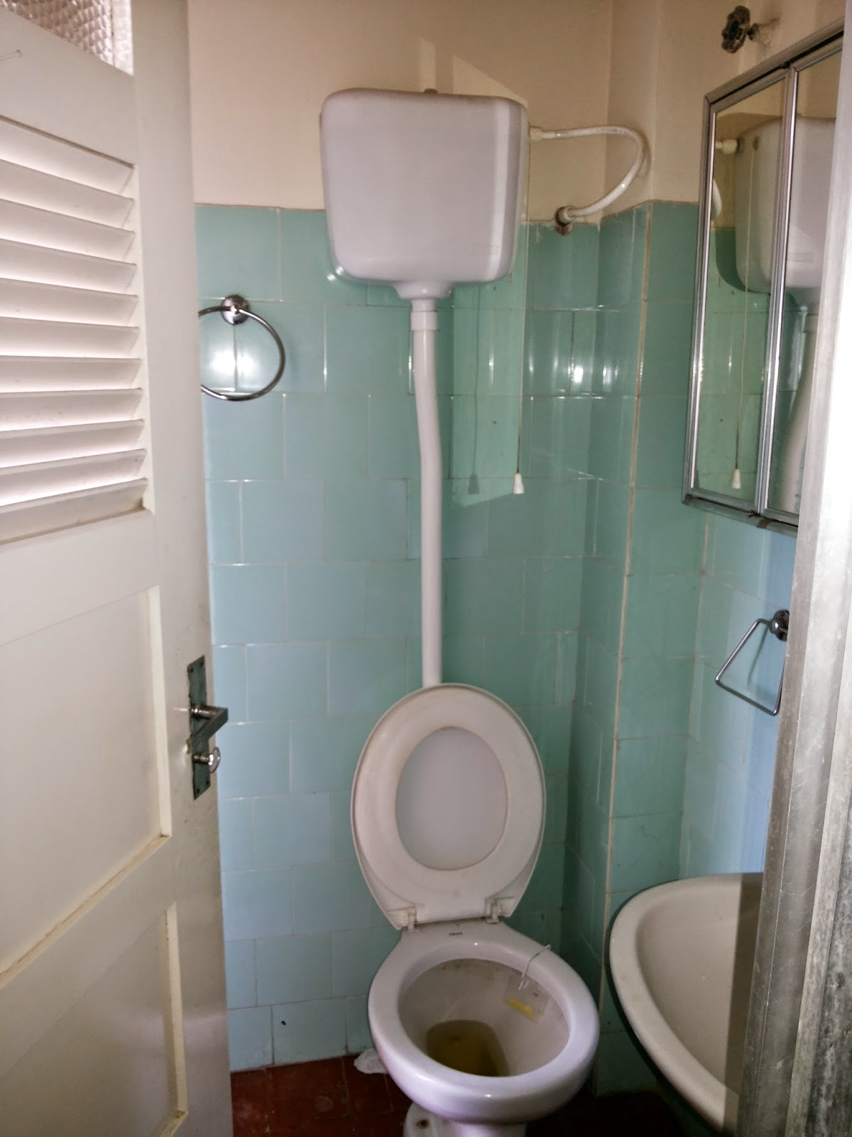 Antes com azulejos em turquesa e acessórios e louças bem antigos. #74634D 1200x1600 Acessorios Box Banheiro