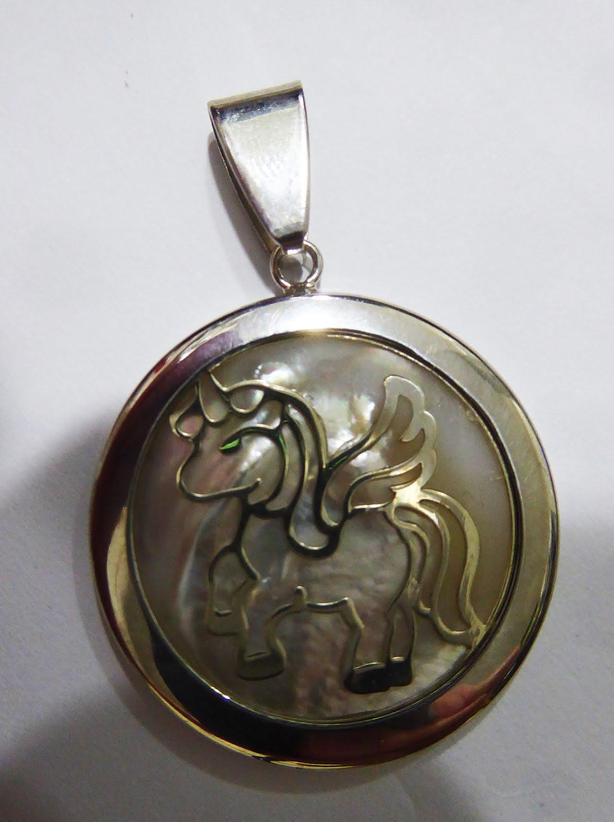 Colgante de plata y nacar con un Unicornio