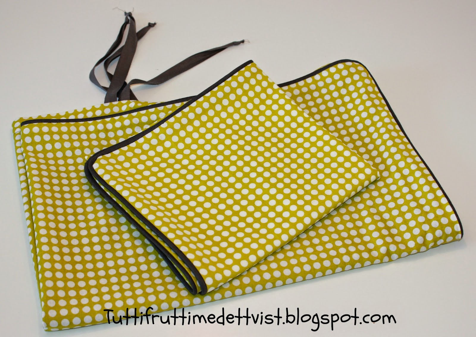 Tuttifrutti med et tvist: lime baby sengetøj med prikker