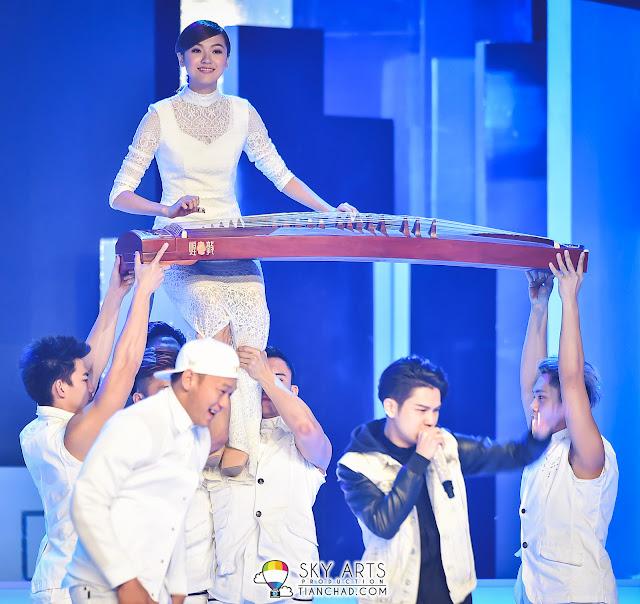 今年没有才艺附属奖项,但佳丽们透过开场表演展示精彩才艺。(图为Kathryn魏欣宜弹古筝)