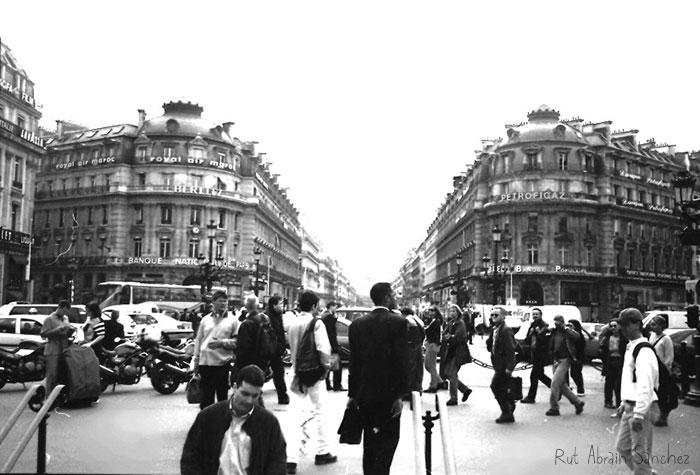 Esta foto la hice con una cámara analógica (sí, esas de carrete) en 1999 en París saliendo del metro de Ópera. Fue totalmente casual que ese chico se quedara en el centro y algunos de los que pasaban se quedaran mirando.
