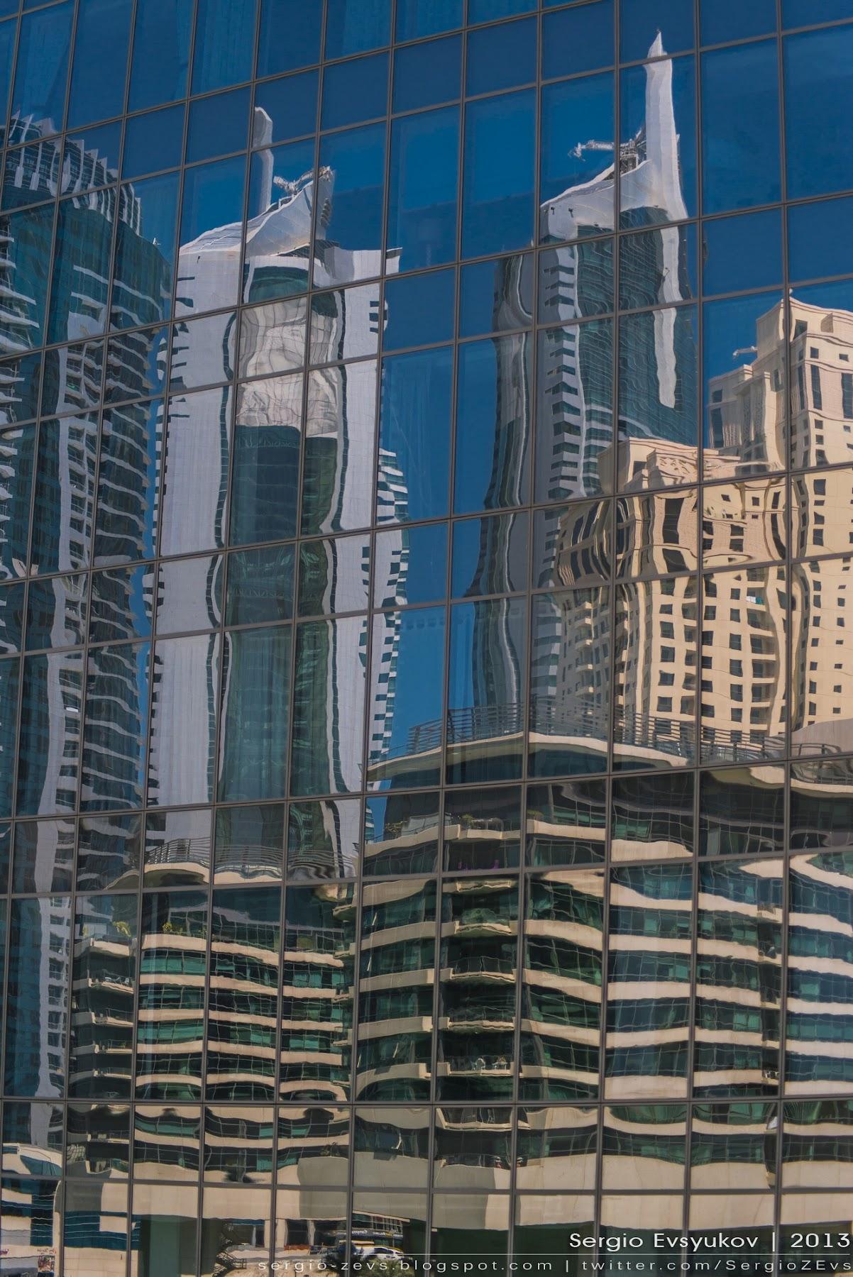 Зеркальный фасад здания