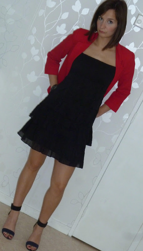 Robe noir veste rouge