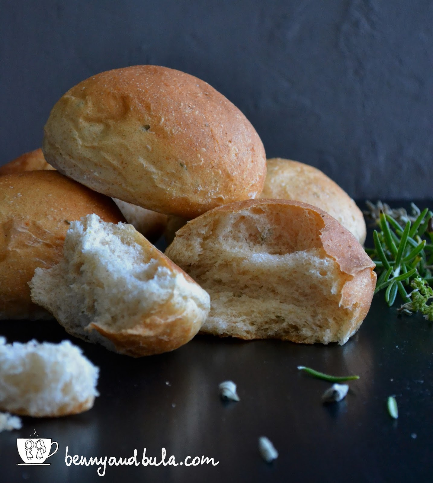 ricetta panini integrali aromatizzati con rosmarino e origano/Spiced whole grain bread buns recipe