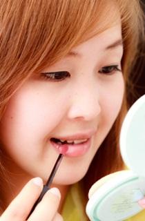 cara merawat bibir kering agar merah merona