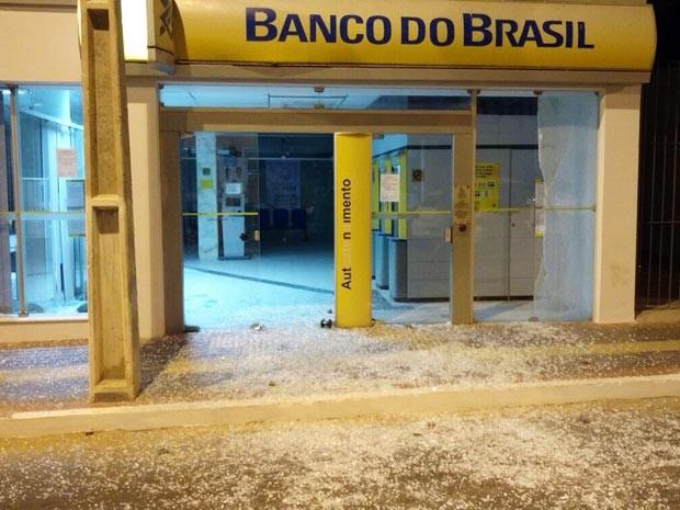 Grupo invade agência bancária e usa explosivos para arrombar cofre (Foto: Hiverson Carvalho/VC no G1)