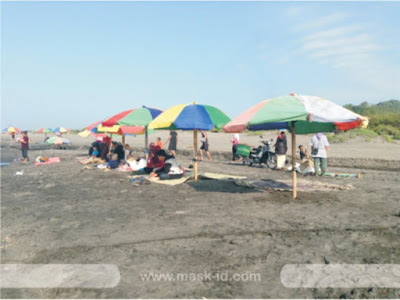 Bermain pasir di Pantai Parangtritis   Mask-ID.com
