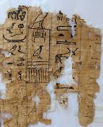 Fragmento de un papiro con textos jeroglíficos, hallado en el sitio .
