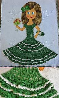 Boneca de crochê para pano de prato com vestido de crochê verde