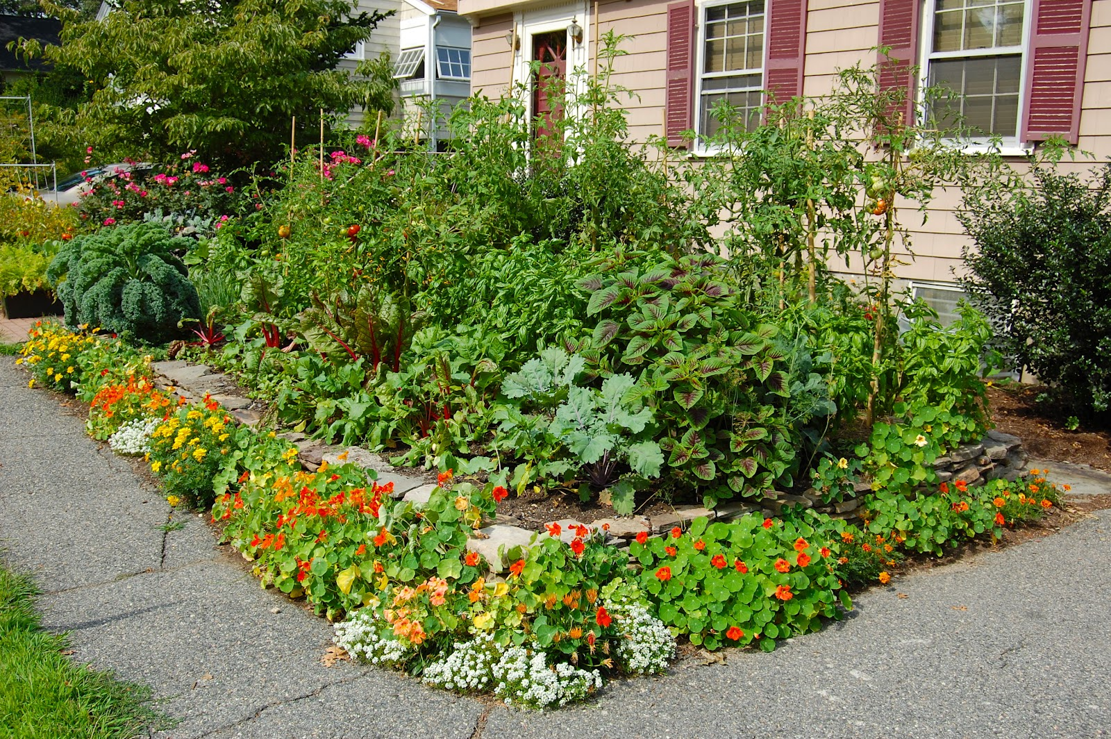 Landscaping landscaping ideas for front yard edible gardens for Front lawn garden design
