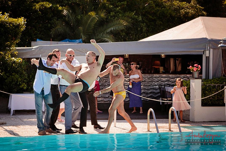 lancio dello sposo in piscina matrimonio Grand Hotel Arenzano