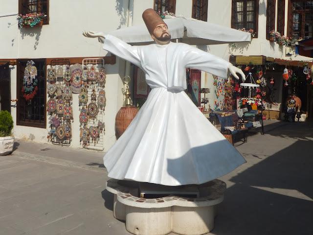 статуя вращающегося дервиша недалеко от музея Руми
