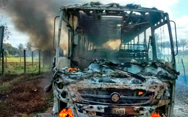 Ônibus escolar é destruído durante incêndio em Sapeaçu (Foto: Vitor Vianna/Sapeaçu na Mídia)