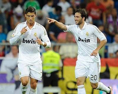 Cristiano Ronaldo and Higuain celebrate a goal