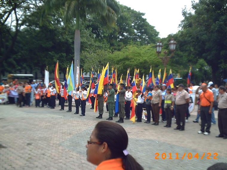 Patrulla de la U.E.E. Laura Pacheco Monserratt al lado de las autoridades