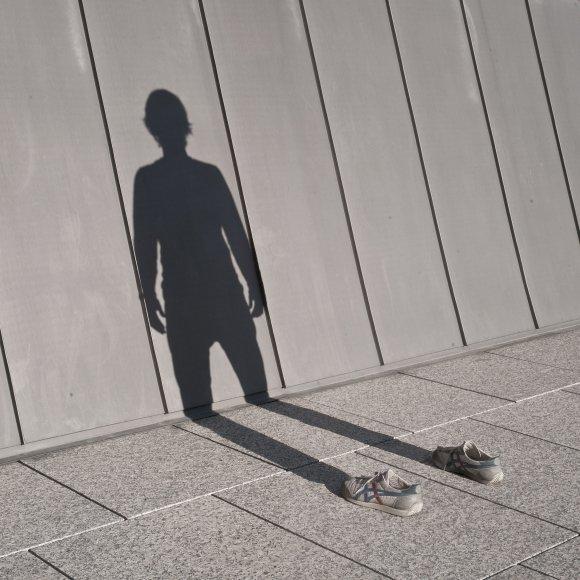 pol úbeda hervàs fotografia autorretrato sombra sapato sem ninguém