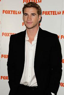 Liam Hemsworth con ropa de vestir sin corbata