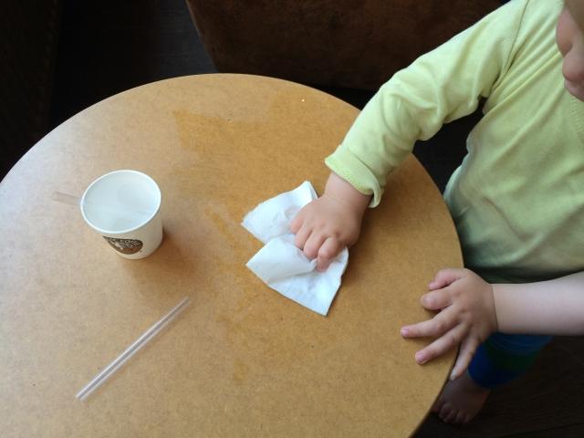 Kind wischt Tisch ab