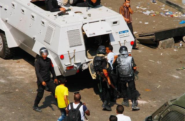 صور تُنشر لأول مرة لأحداث ميدان الجيزة ونفق الهرم أثناء مذبحة الفض 960232_10202609926469802_1819704332_n