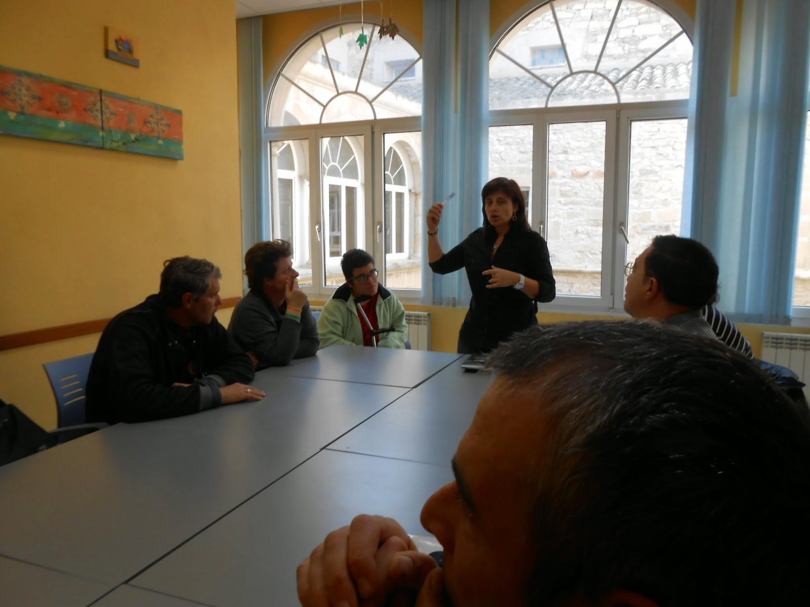 La Gemma Ascencio, directora de la residència explicant al grup de salut mental la visita a la residència, i algunes anècdotes d'aquesta.