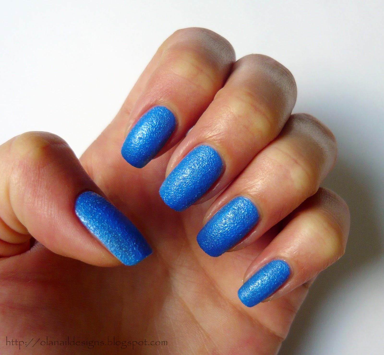 kobaltowe piaskowe paznokcie