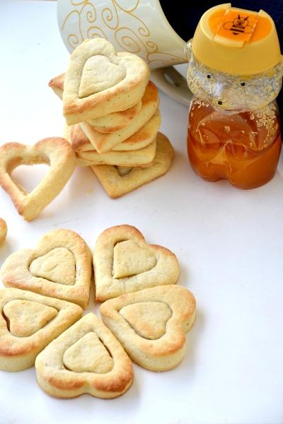 biscotti con farina, uovo, zucchero e miele