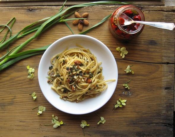 Pasta all'aglio selvatico, mandorle e uvetta