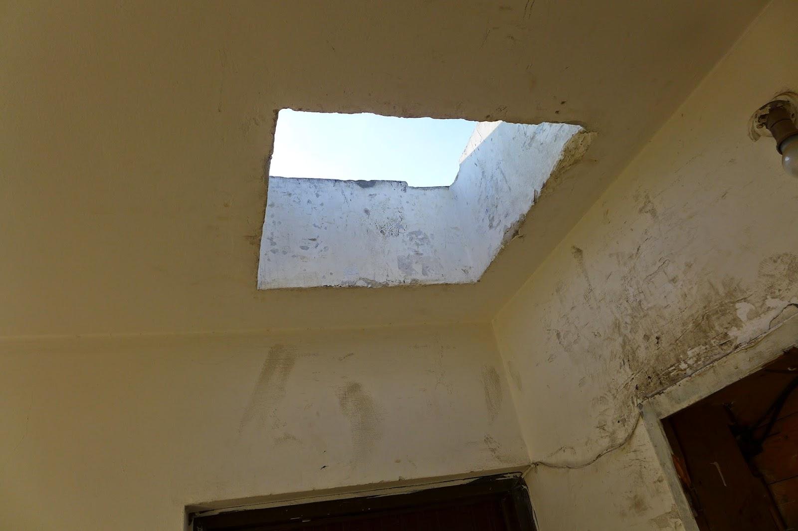 בלשי משטרת ישראל מרחב דן שברו מכסה כניסה לגג במהלך טיפוס לגג הבניין והשאירו הפתח פרוץ
