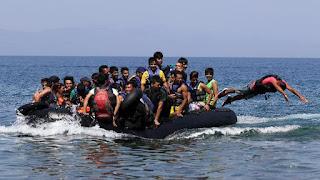Αφγανοί πρόσφυγες φθάνουν στο ελληνικό νησί της Λέσβου