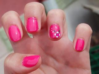 manicura rosa con flor
