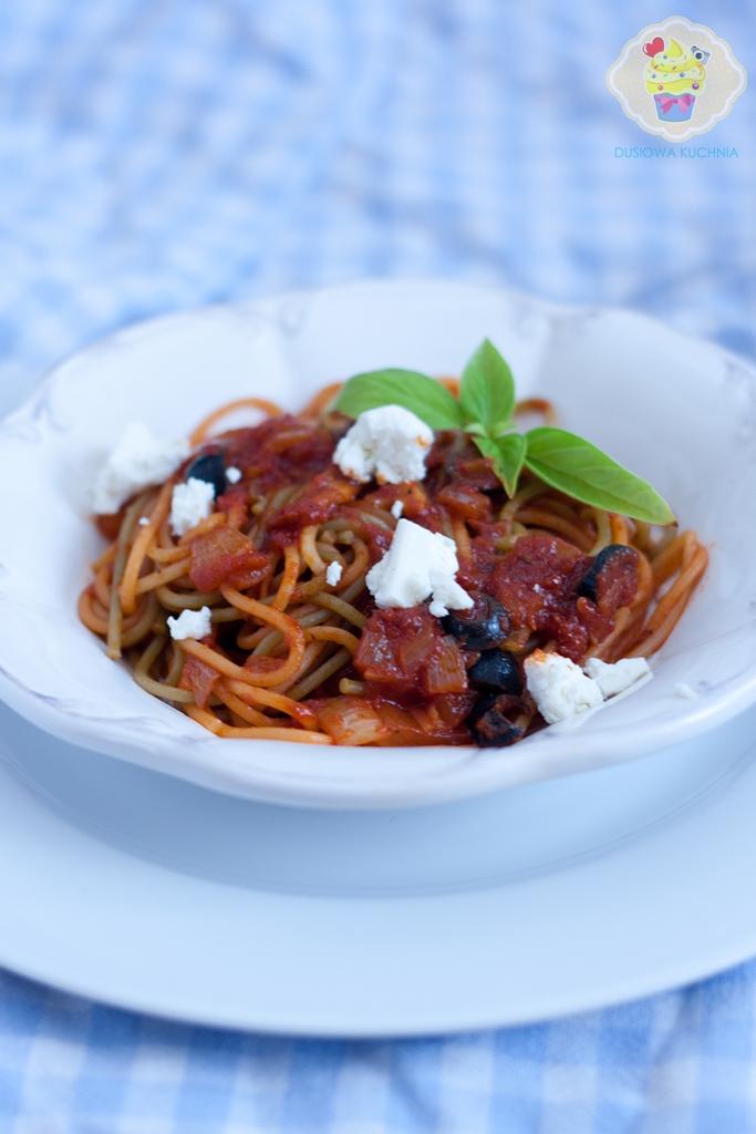 makaron w sosie pomidorowym z fetą i oliwkami, makaron z fetą i oliwkami, makaron z pomidorami i fetą, przepisy na makaron