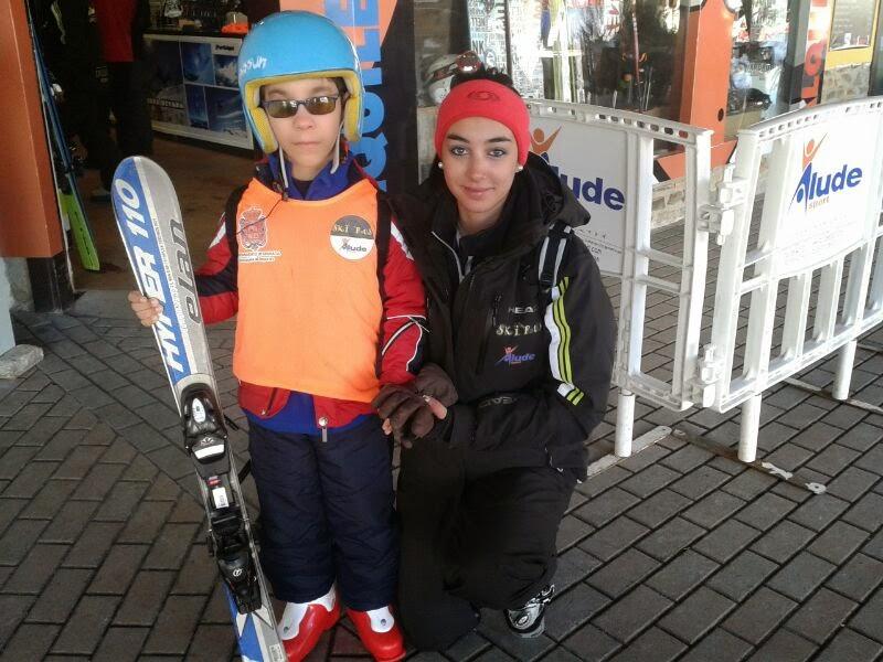 La imagen muestra a dos alumnos afiliados preparados en Pradollano para esquiar