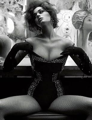 """Кейти Пери изненада феновете си с ефектна визия в новия брой на сп. """"Interview"""""""