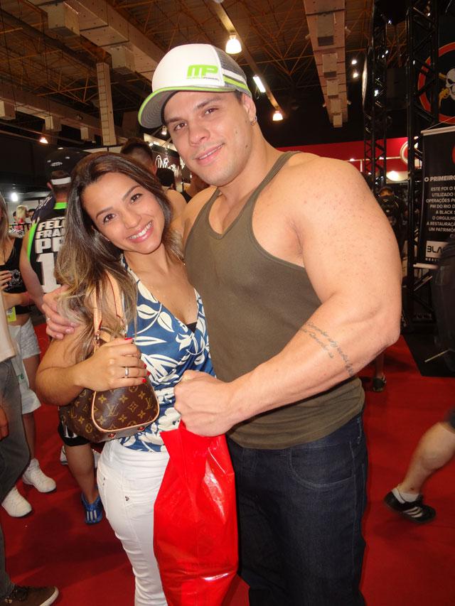 O atleta Gustavo Almeida visitou a feira ao lado da namorada. Foto: Alan Aezvedo