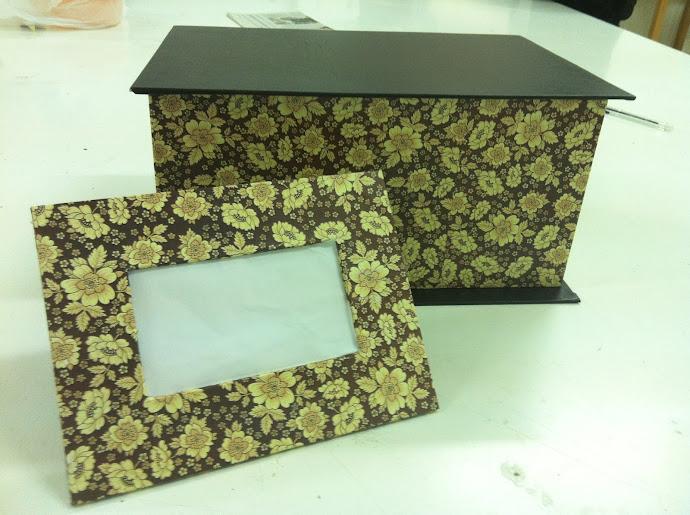 Conjunto de caja y marco. En papel y cuero.