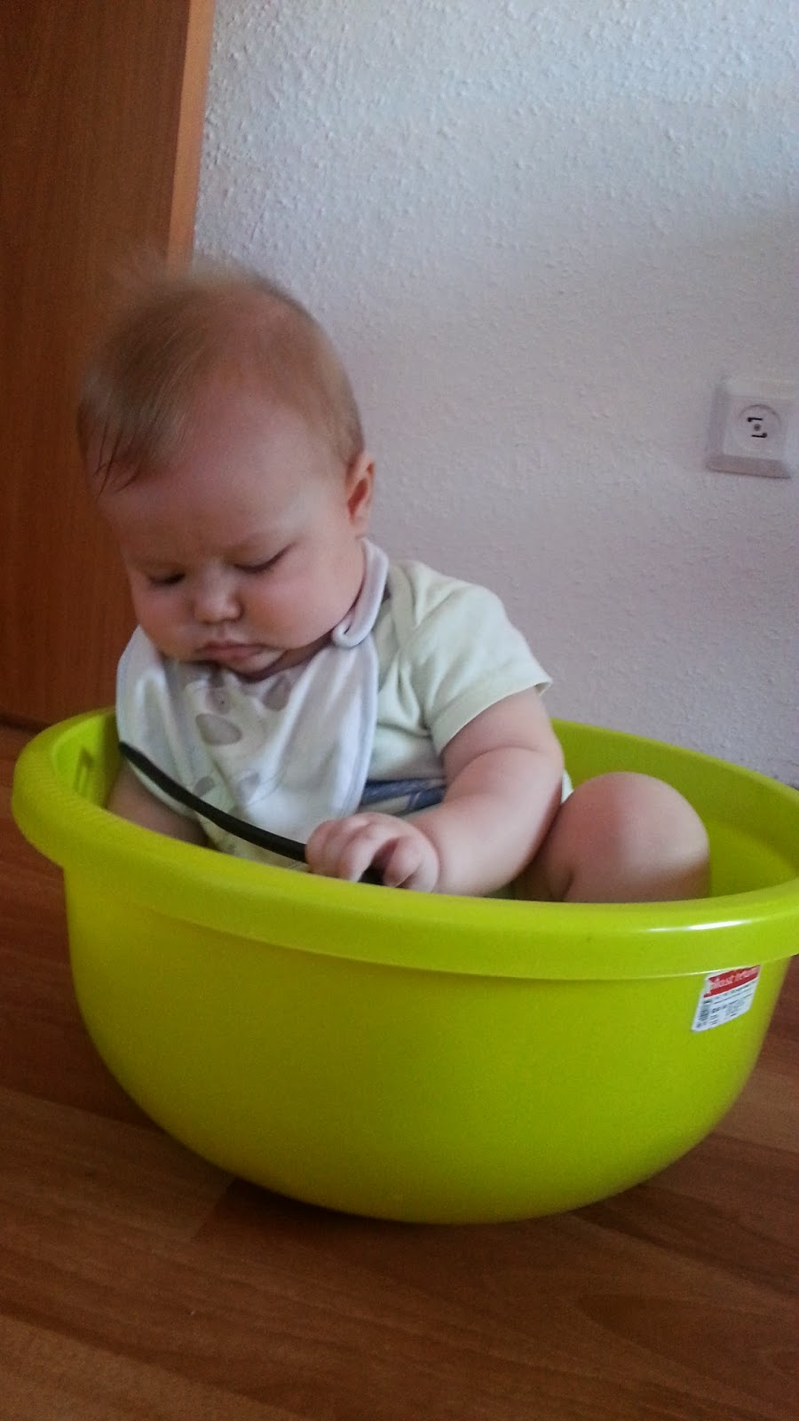 Ребенок в тазике фото