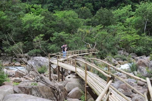cầu gỗ Suối nước moọc