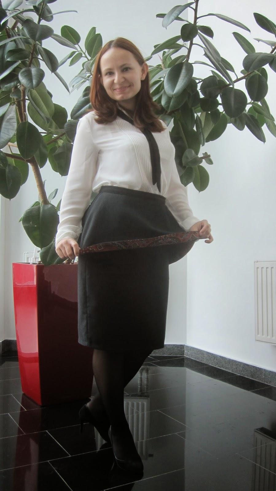 Сотрудницы в коротких юбках