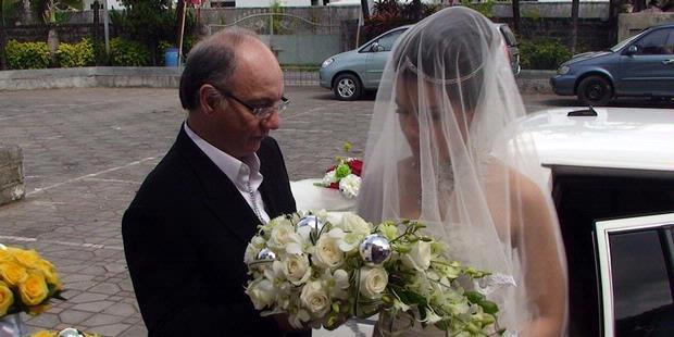 Baca Juga : Pernikahan Yang Unik Bin Gila , Foto Pernikahan Yang Aneh
