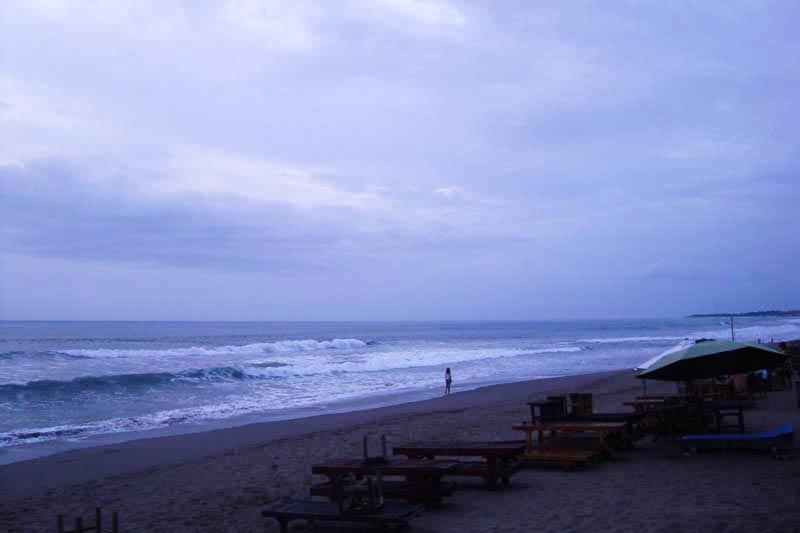 View Pantai batu belig Kuta dengan Pusat keramaiannya