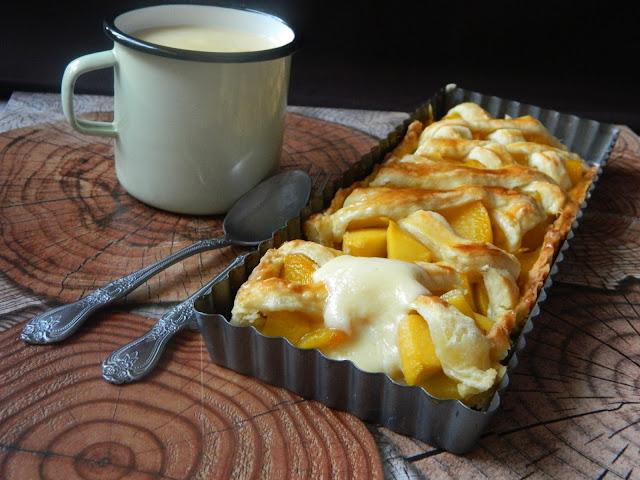 Tarta cu piersici si mango si sos de vanilie