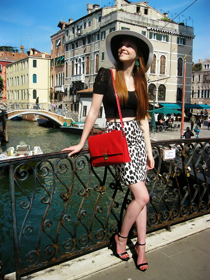 Fashion blogger Venice outfit monochrome hat Zara sandals