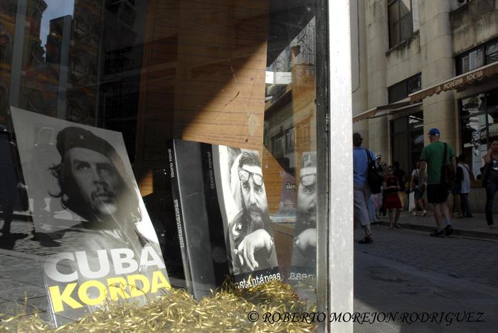 Che de Korda y Fidel, Instantáneas de Liborio Noval, dos excelentes libros de fotografía en la vitrina de una librería en la calle Obispo, en La Habana, Cuba