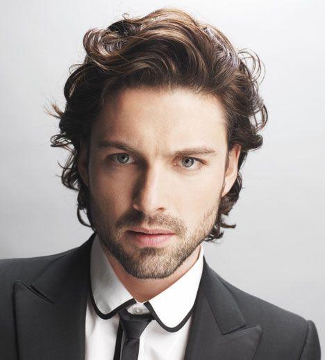 Corte de cabello largo en capas hombre