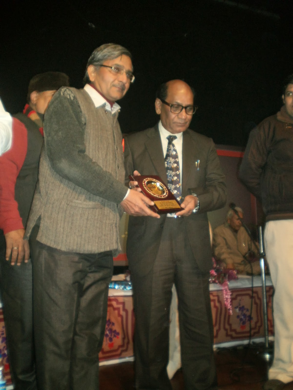 श्रेष्ठ काव्य-पाठ के लिए-वरिष्ठ साहित्यकार 'डा.कुँवर बेचैन' द्वारा सम्मानित