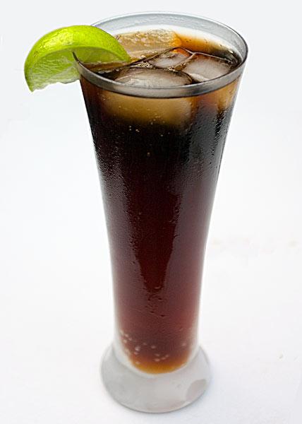 Cuba Libre é uma bebida feita à base de rum claro e refrigerante de ...