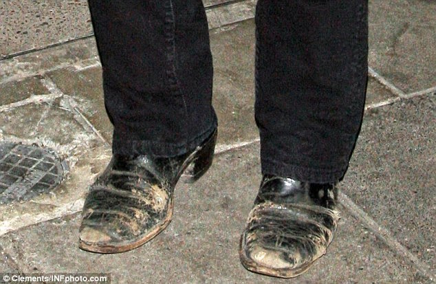 http://www.dailymail.co.uk/tvshowbiz/article-2578959/Kiefer-Sutherland-heads-wearing-24-character-Jack-Bauers-scuffed-footwear.html