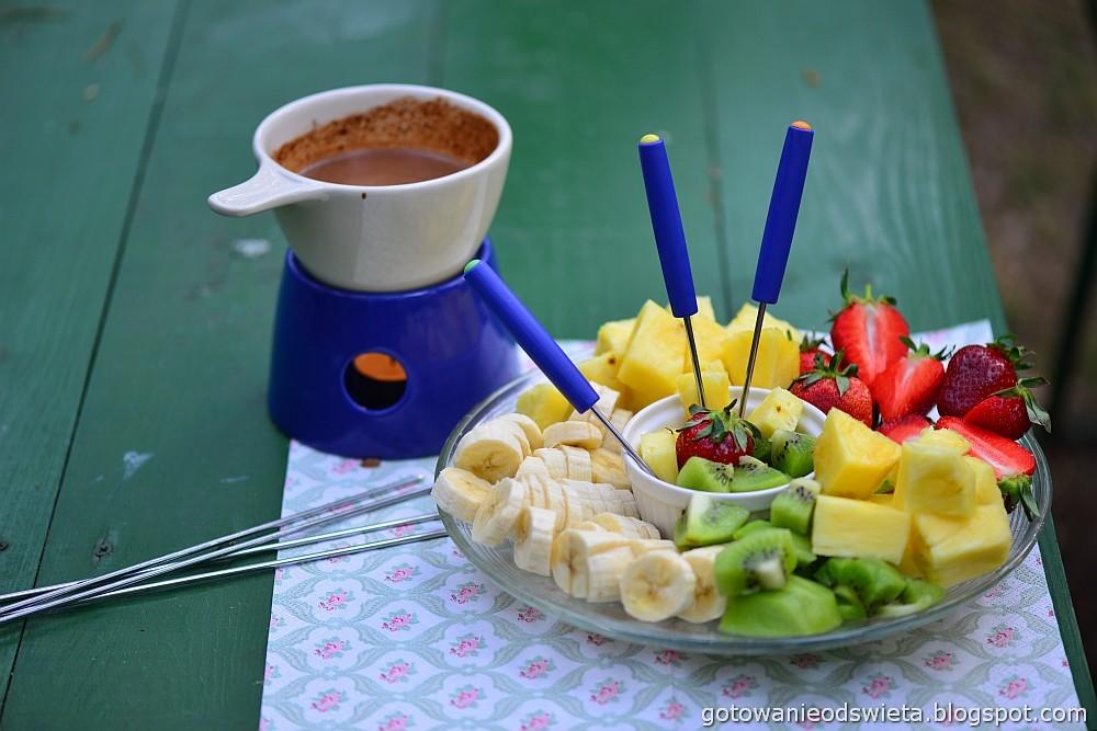 Czekoladowe fondue z różnymi owocami